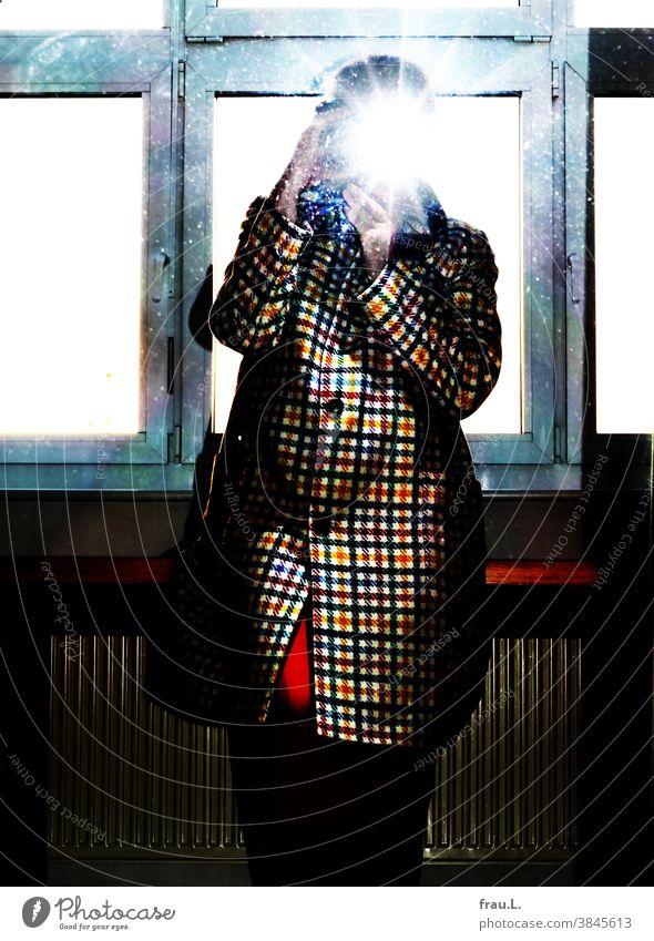 Onlineshopping: weggeblitzt – der Mantel ging retour. Hände Arme Selfie Blitzlichtaufnahme Rock Spiegel Spiegelbild Frau Kamera Fotografie sitzen Fenster Tisch