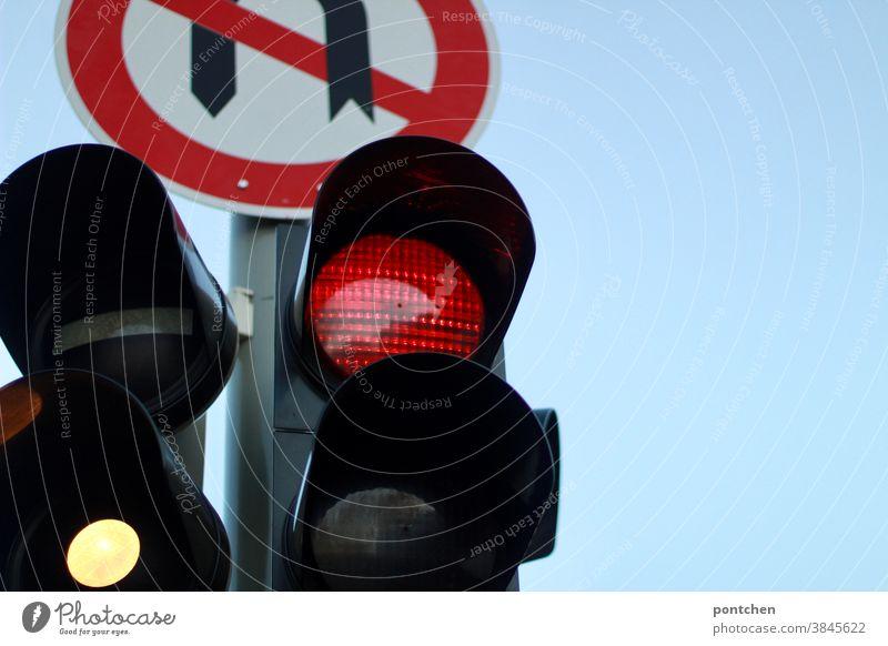 Ampelanlage und Verbotsschild. Wendeverbot. Verkehrsregeln ampel rotphase stop verkehr verkehrsregeln wendeverbot verkehrsschild verbotsschild Verkehrszeichen