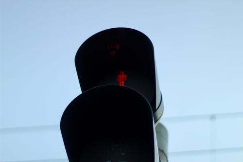 Eine rote Fußgängerampel vor blauem Himmel und Stromleitungen. Stop. Verkehrsregeln Ampel fußgänger fußgängerampel stromleitung stop Sicherheit Piktogramm