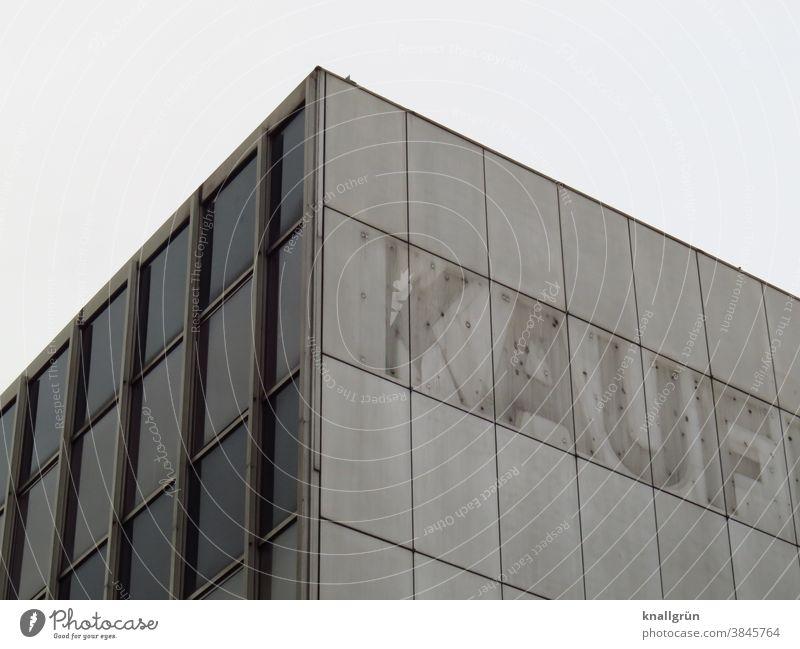 Teilansicht eines leerstehenden Kaufhof Gebäudes Kaufhaus alt Buchstaben Fassade Ladengeschäft Schriftzeichen Außenaufnahme Menschenleer Farbfoto Wand Mauer Tag