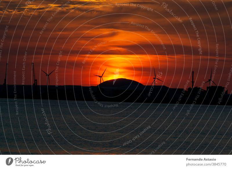 Sonnenuntergang mit oranger Farbe am Himmel am Strand von Getxo-Guecho. Spanische Gemeinde an der Küste des Kantabrischen Meeres, in der Provinz Vizcaya, im Baskenland