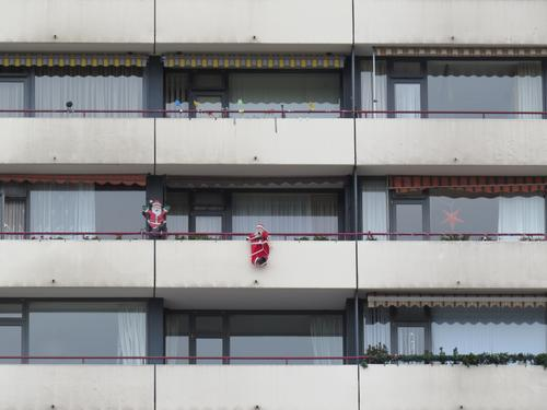 Balkon eines Hochhauses mit Weihnachtsmännern dekoriert Weihnachtsmann Dekoration & Verzierung Weihnachten & Advent Winter Feste & Feiern Farbfoto Hintergrund