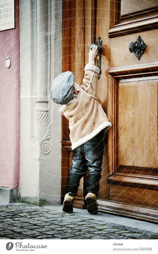 kleine hürden im alltag Mensch Kind Wand Bewegung Junge Mauer Holz Stein Metall Körper Tür Kindheit Zufriedenheit stehen niedlich Abenteuer