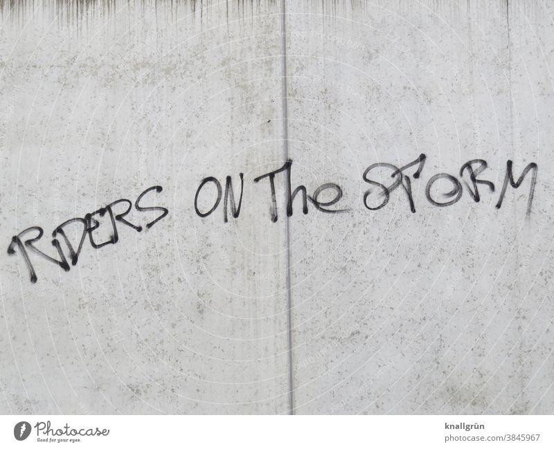 Riders on the storm Lied Text Graffiti the doors Message Tod Lyrik mystisch 70er Jahre Jim Morrison Schriftzeichen Wand Mauer Außenaufnahme Farbfoto