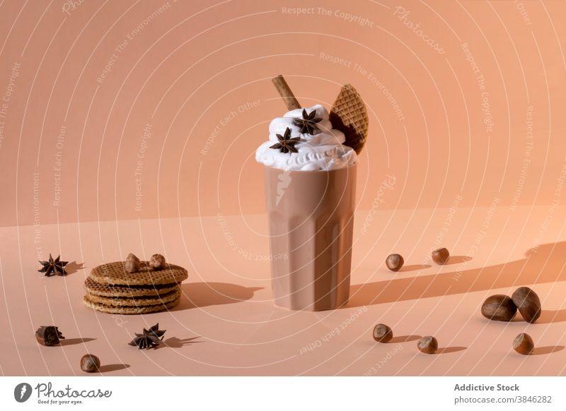 Leckerer Schokoladenmilchshake im Studio Milchshake Cocktail süß lecker gepeitscht Sahne Würzig Getränk Glas geschmackvoll trinken Zucker Sternanis Anis Zimt