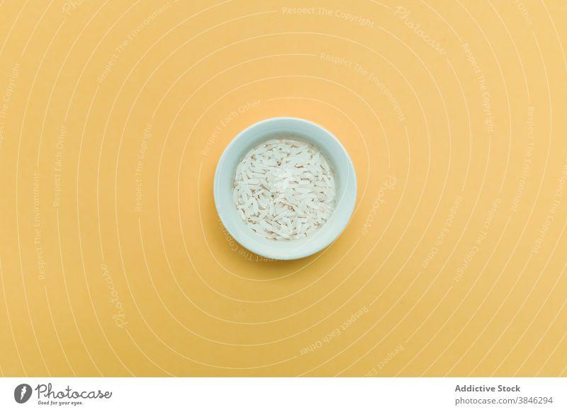 Schüssel und Reis auf gelbem Hintergrund Schalen & Schüsseln Asiatische Küche Tradition Lebensmittel Gesundheit natürlich Orientalisch Keramik Atelier frisch