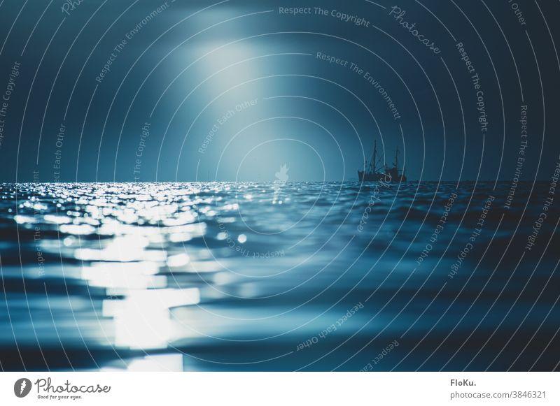 Einsames Fischerboot auf der Nordsee Küste Meer Ozean Nordseeküste Wasser Wasseroberfläche Natur Außenaufnahme Wellen Ferien & Urlaub & Reisen Himmel Landschaft