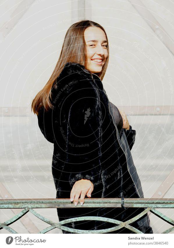 Portrait einer jungen Frau Farbfoto Mädchen Model Lachen Ausstrahlung Shooting lächeln Natürlichkeit professionell Sonnenschein brünett fotogen schön