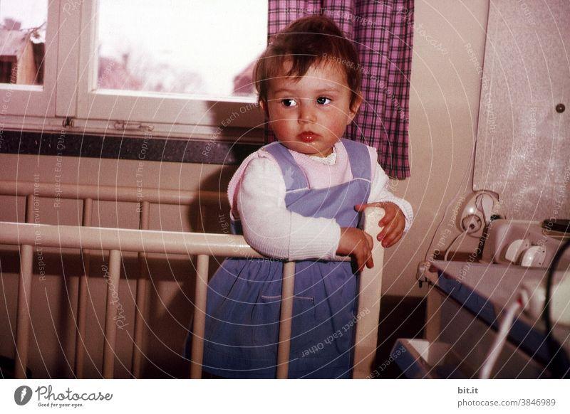 Kindersicherung Kindheit Kindererziehung Kindheitserinnerung Mädchen klein Kleinkind 60s Sechziger Jahre Scan analog niedlich Mensch 1-3 Jahre kinderbetreuung