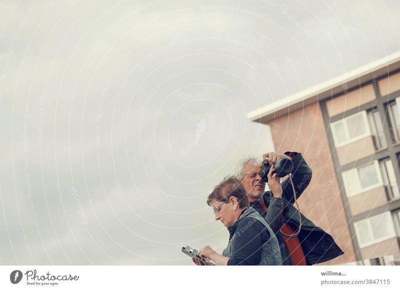 sensationsreporter im einsatz Fotograf Paparazzi Mann frau Kamera Smartphone Handy recherchieren informieren Paar Medien Desinteresse keine Kommunikation