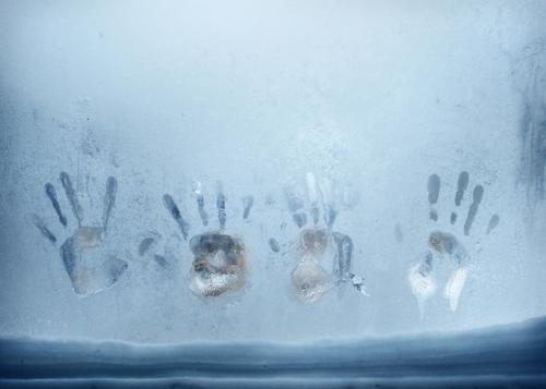 vorsicht kalt! Handabdruck Eisfenster Frost Fenster Winter gefroren vereist eisig Schnee winterlich Fensterscheibe Hände zugefroren