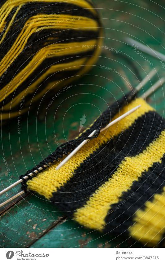 Fangesang stricken Hobby Handarbeit Stricknadel Nadel Wolle Wollknäuel Fussball Dortmund Freizeit & Hobby Innenaufnahme weich Wärme Strickmuster Detailaufnahme