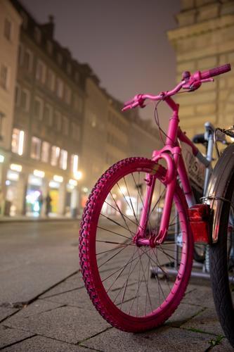 Pinkes Fahrrad parkt auf Straße bei Nacht und Nebel Rad pink Reifen Straßenverkehr Verkehrsmittel Detailaufnahme Menschenleer Nahaufnahme parken Profil Radl