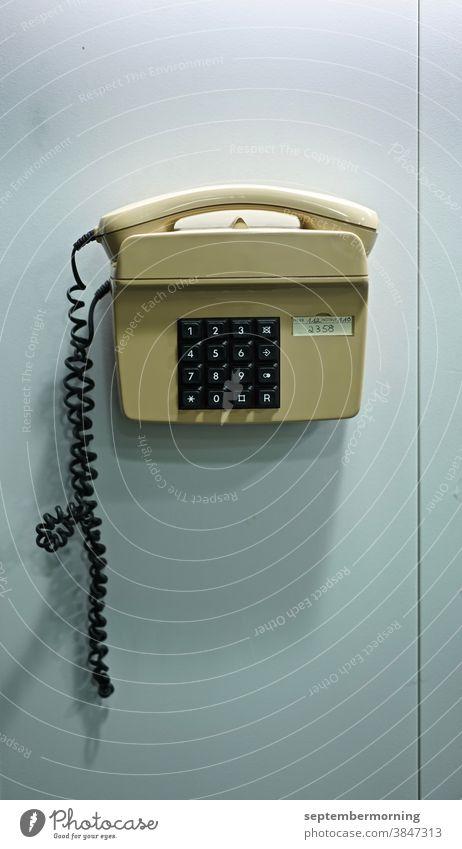 Telefon an einer Wand Tastentelefon beige an der Wand angebracht Menschenleer Innenaufnahme Pastelfarben