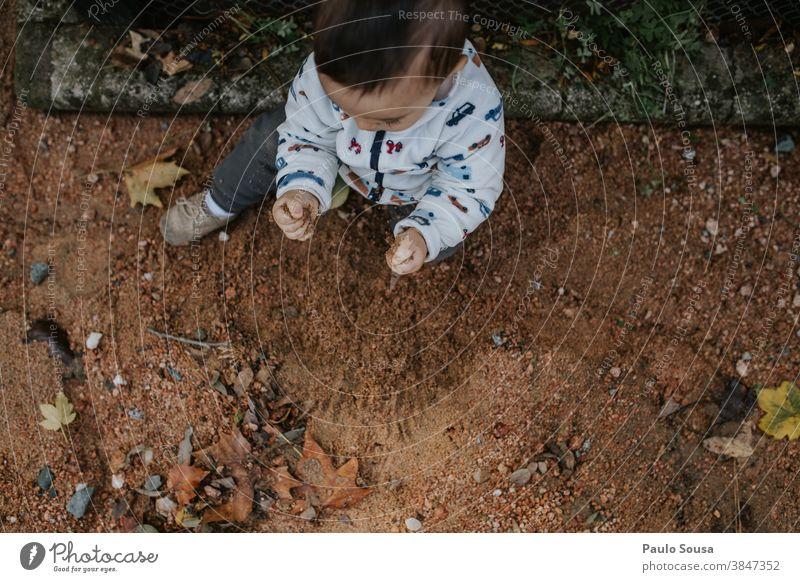 Kleinkind spielt im Park mit Sand authentisch Bodenbelag Kind Kinderspiel Kindheit Natur Neugier Fröhlichkeit Mensch Freizeit & Hobby Lifestyle Außenaufnahme