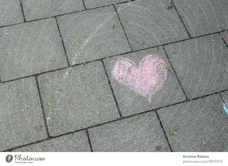 rosa herz mit kreide auf den gehweg gemalt herzchen bürgersteig straße boden pflaster zeichen symbol symbolisch liebe verliebt romantisch herzlich draußen