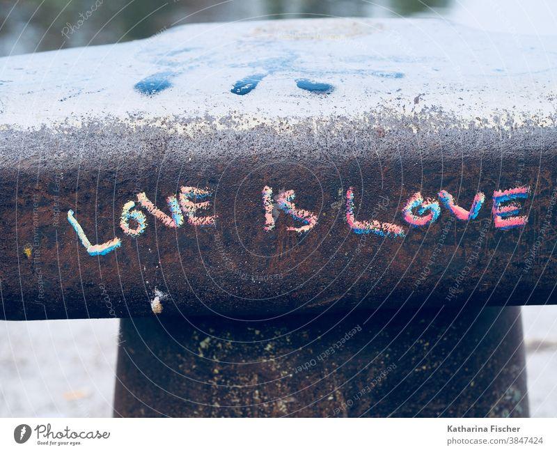 LIEBE ist LIEBE Graffiti Liebe Gefühle Außenaufnahme Mauer Wand Farbfoto Zeichen Schrift schreibend Schriftart Kreidezeichnung rot blau grau Tag Romantik