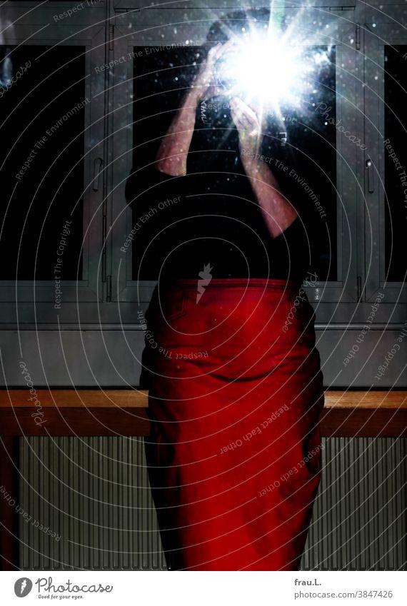 Onlineshopping: angeblitz – der Rock ist gekauft. Hände Arme Selfie Blitzlichtaufnahme Spiegel Spiegelbild Frau Kamera Fotografie sitzen Fenster Tisch Seniorin