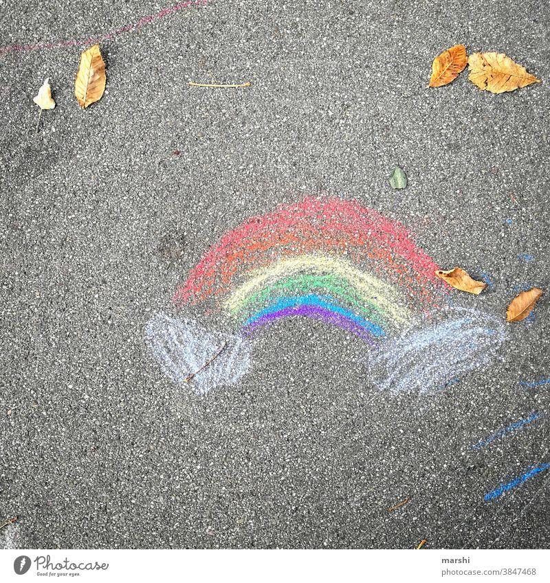 November 2020   und schon wieder stayhome regenborgen bunt kreide malen straße urban corona kindheit kunst symbol zeichen