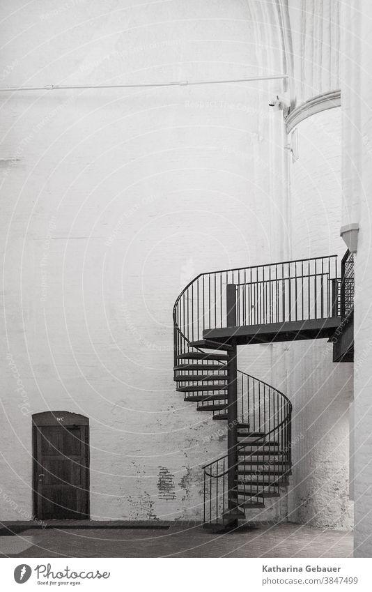 Treppe in der Kirche Tür Menschenleer Wand Mauer Architektur Gebäude Bauwerk Backstein Innenaufnahme alt