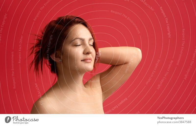 Rothaarige junge Frau mit schöner sauberer Haut und ohne Make-up. Hautpflege für Frauen 20s Erwachsener attraktiv schöne Haut Schönheit Schönheitspflege