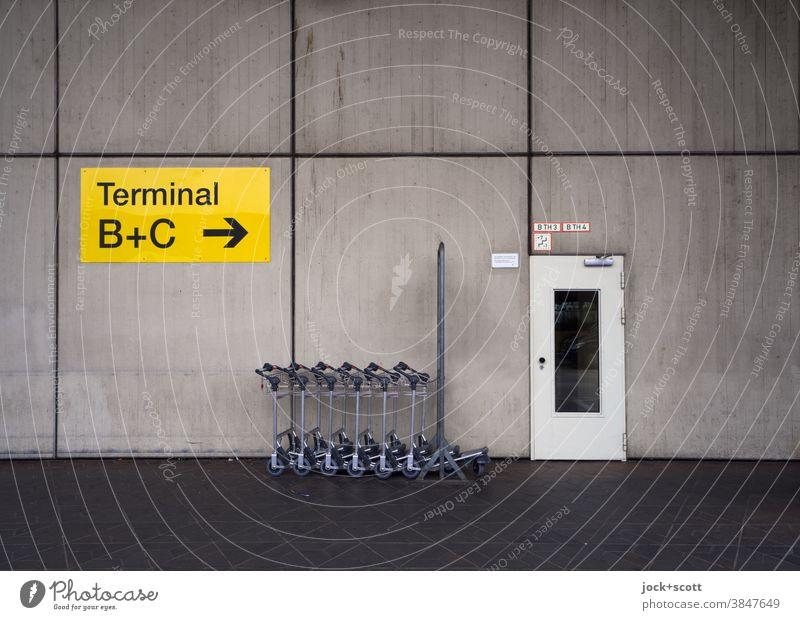 Terminal A, Flughafen Tegel Schilder & Markierungen Tür Hinweisschild Richtungspfeil Wand Pfeil Wegweiser Fassadenverkleidung Orientierung Symmetrie