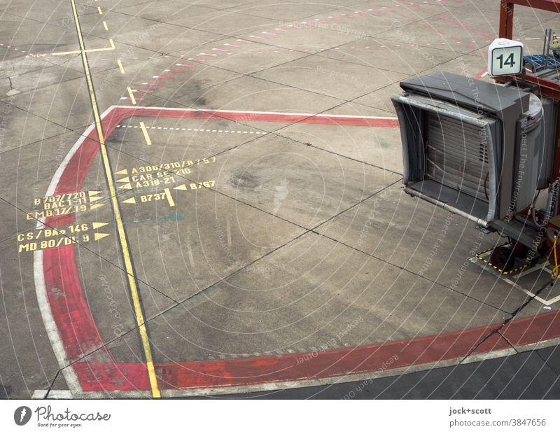 Passagierbrücke Nummer 14 außer Betrieb Fluggastbrücke Flughafen Bodenmarkierung authentisch Betonplatte Linie Linienführung Zahl Bereich geschlossen