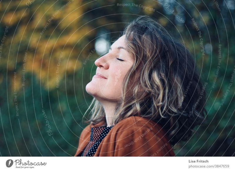 DURCHATMEN - HERBST - FRISCHE LUFT Frau blond Locken Augen geschlossen Außenaufnahme frische Luft durchatmen genießen Zufriedenheit stille für sich sein