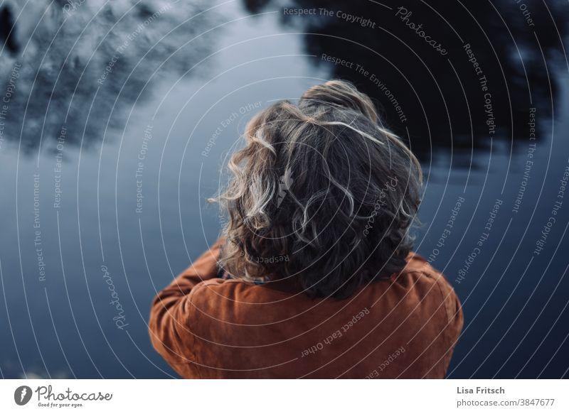 STILLE - WASSER - RUHE Wasser Spiegelung im Wasser Bäume im See Locken Frau Außenaufnahme Herbst blond dunkel stille Ruhe Erholung nachdenken Depression