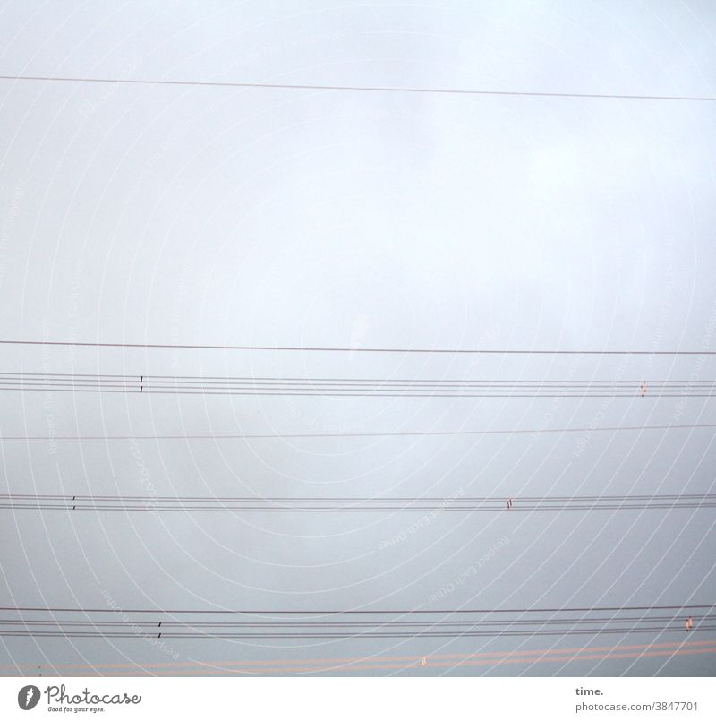 Nachbarschaften | Parallelwelten himmel stromleitung kabel überlandleitung energie Energiewirtschaft grau nebelig parallel quer linien hängen gemeinsam zusammen