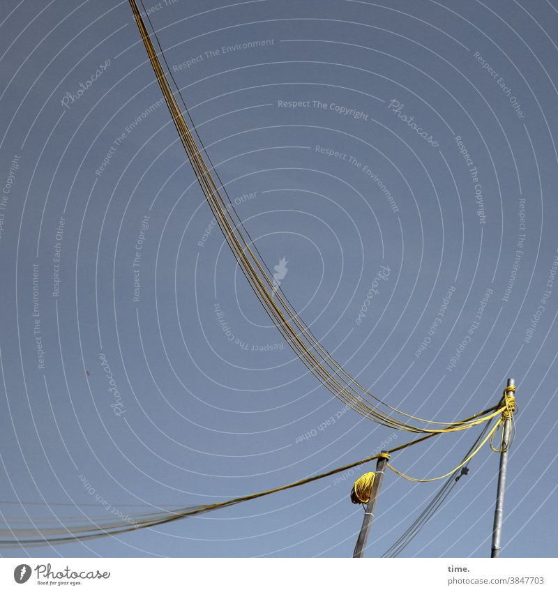 Seilschaften #36 mast kabel baustelle himmel zwei behelf hängen versorgung leitung strom gebogen senkrecht schwung versorgungsleitung gelb metall