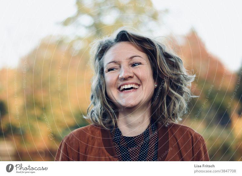 FRAU - LACHEN - GLÜCKLICH Frau lachen glücklich Locken blond kurzhaarig Zähne glückliche Frau fröhlich Glück Zufriedenheit Freude Lebensfreude Erwachsene Tag