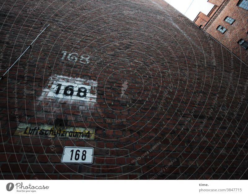 Triple perspektive urban skurril 168 backstein wand mauer zahl hinterhof hinweis orientierung luftschutzraum hoch dick fest fenster klaustrophobie mächtig