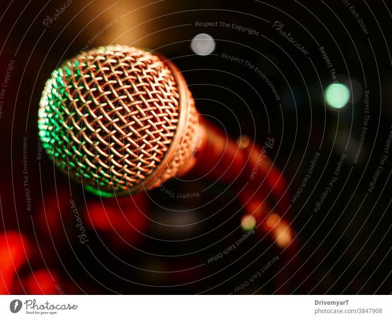 Mikrofon auf der Bühne, einsatzbereit (Nahaufnahme) Schauplatz zeigen Rede reden singen Entertainment Musik Sänger Gesang Rap zuschlagen ausführen live Leistung