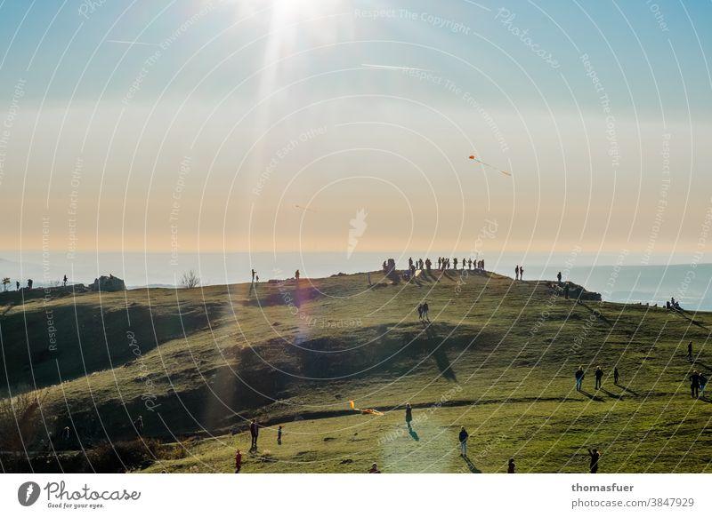 Berg, Plateau mit vielen Menschen auf den Sonnenuntergang wartend , Drachen steigen lassen Zuhause Schatten Licht Ebene Franken Tal Dämmerung Abend