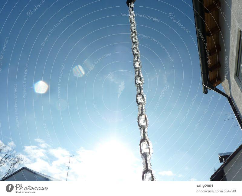 Abkühlung Himmel Sonne Winter Eis Frost Haus Dachrinne Kette Kettenglied Metall frieren hängen leuchten außergewöhnlich kalt blau gefroren Wintersonne tauen