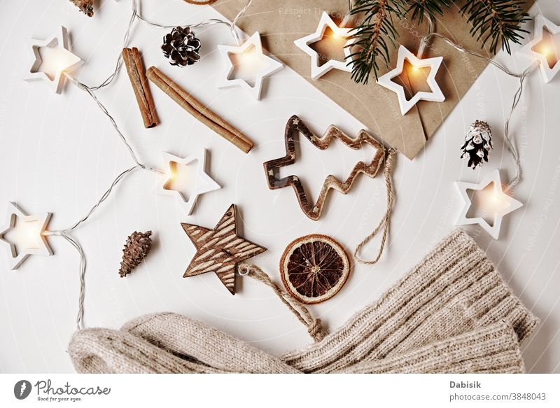 Weihnachtsdekoration. Gemütliches Zuhause und umarmender Hintergrund. Wollsocken mit Dekorationen auf weißem Hintergrund Weihnachten Dekoration & Verzierung Top