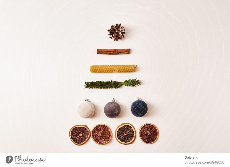 Weihnachtskomposition. Weihnachtsbaum aus Trockenfrüchten, Festtagskugeln, Zapfen und Tannenzweigen Weihnachten Zusammensetzung Hintergrund Dekor weiß Ornament