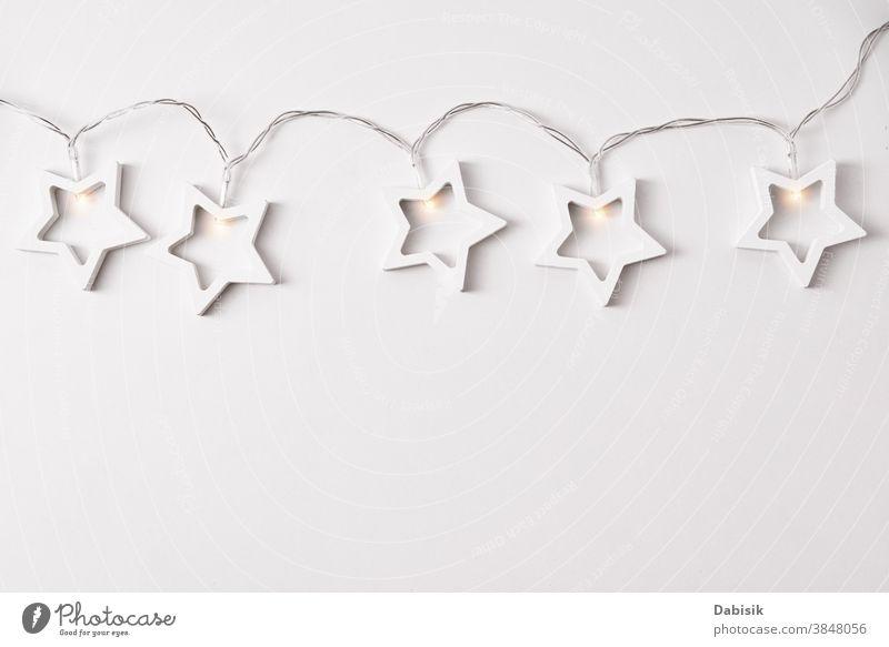 Weihnachtskomposition. Girlande aus Holzsternen auf weißem Hintergrund. Flach gelegt Weihnachten Zusammensetzung Dekor Wand Stern Form Ornament Tisch Feiertag