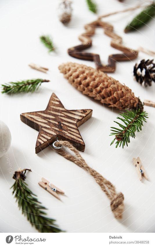 Weihnachts- oder Neujahrshintergrund. Weihnachtsdekorationen auf weißem Hintergrund, Draufsicht Weihnachten Dekoration & Verzierung Postkarte Feiertag neu Jahr