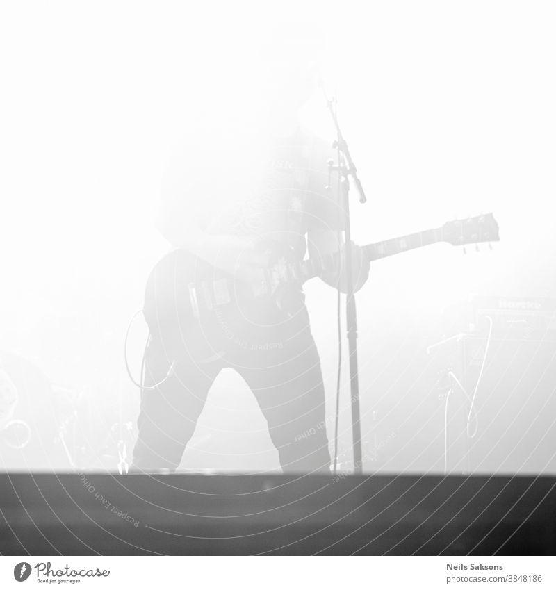 Musiker spielt auf der Bühne überbelichtete Fotografie Gitarre Jazz Blues Spieler Gitarrenspieler akustisch Band Bar lässig Konzert dunkel Effekte Entertainment