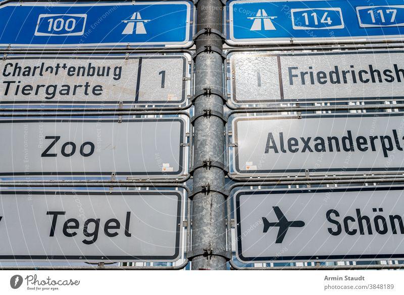 Nahaufnahme von Hinweisschildern aus Berlin Zeichen Verkehr Regie Autobahn Zoo Alexanderplatz Tegel Flughafen km Kilometer Nummer Briefe Metall im Freien Straße