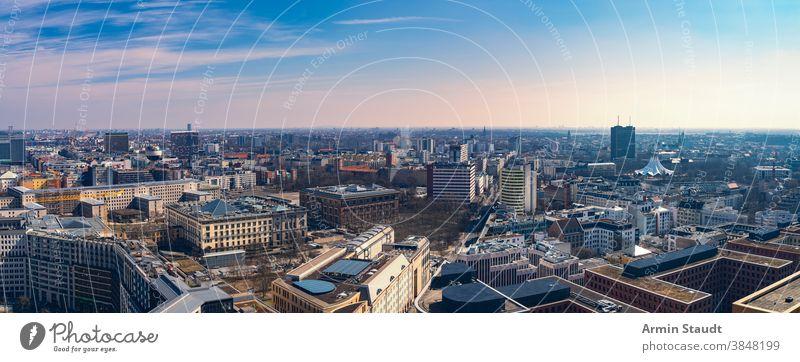 Panorama von Berlin am Abend, vom Potsdamer Platz aus gesehen Skyline Stadtbild Wolkenkratzer Horizont Sommer im Freien blau Himmel Sonnenuntergang berühmt