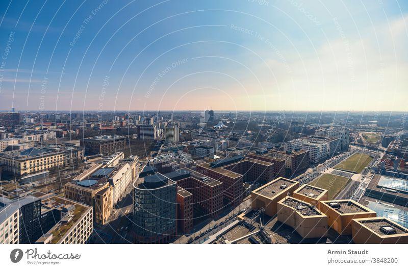 Abendpanorama von Berlin mit Potsdamer Platz Skyline Stadtbild Wolkenkratzer Horizont Sommer im Freien blau Himmel Sonnenuntergang berühmt Wahrzeichen Straße