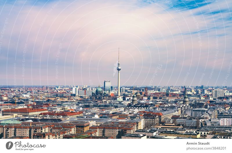 Panorama von Berlin mit Fernsehturm und Berliner Dom FERNSEHER Turm dom Kathedrale Kirche Deutschland Europa Tourismus Architektur Stadtbild Wahrzeichen