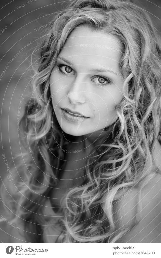 junge Frau mit lockigem Haar, schwarz-weiß Portrait schön frau Junge Frau Porträt Erwachsene langhaarig blond Schönheit feminin Haare & Frisuren Gesicht