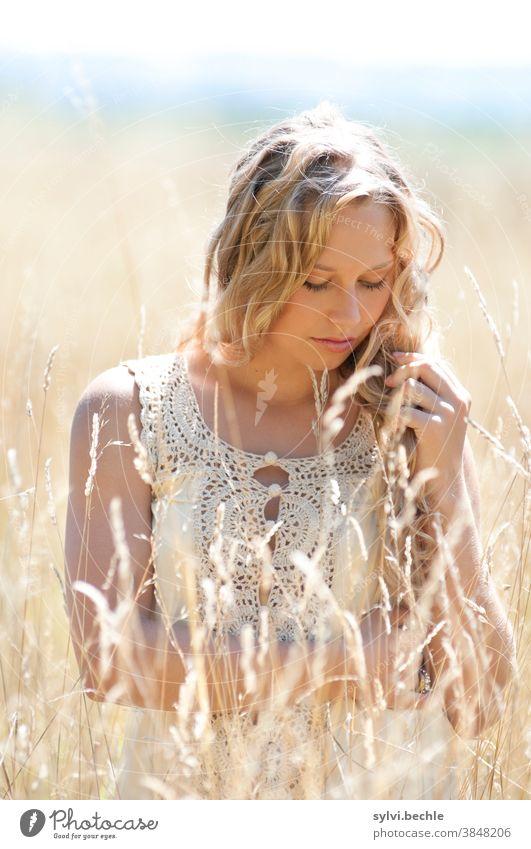 junge Frau im Feld in zarten creme-Tönen schön frau Junge Frau Porträt Erwachsene langhaarig blond Schönheit feminin Haare & Frisuren Gesicht bluse feld