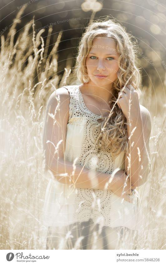 junge Frau im Feld in zarten creme-Tönen - Teil III schön frau Junge Frau Porträt Erwachsene langhaarig blond Schönheit feminin Haare & Frisuren Gesicht bluse