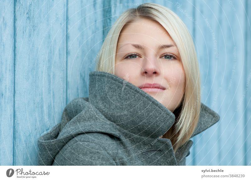 Portrait einer jungen Frau portrait Junge Frau frau dame mädchen herbst winter jacke kälte kalt blau grau schönheit blond langhaarig jugend selbstbewußt