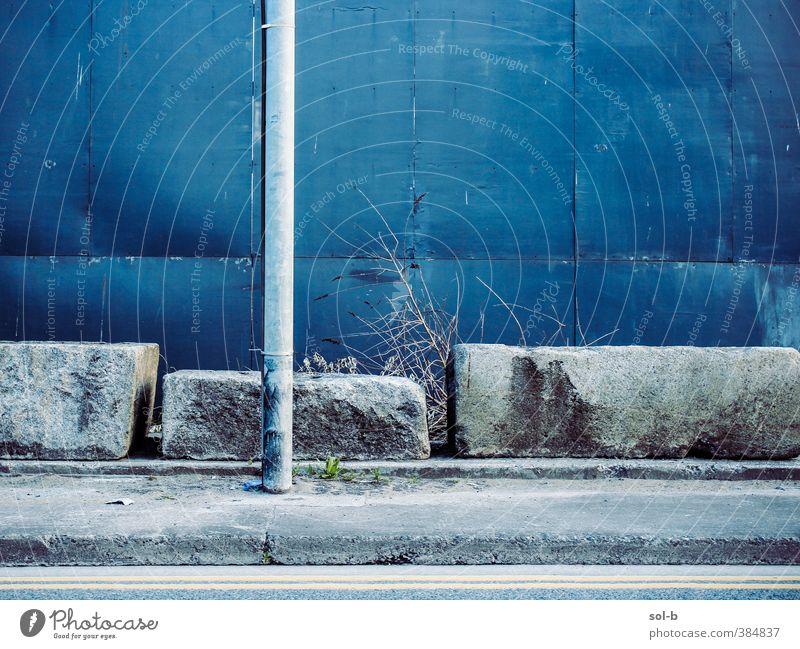 dport | Straße Stadt Mauer Wand blau grau Traurigkeit Einsamkeit kalt Wegweiser Peitschenlaterne Pfosten Betonklotz Stein Straßenbelag Bürgersteig Farbfoto